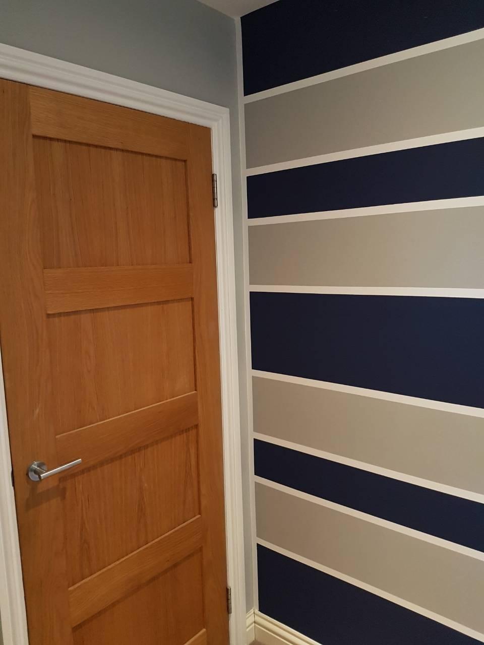 kombinácie maľovania stien a tapety